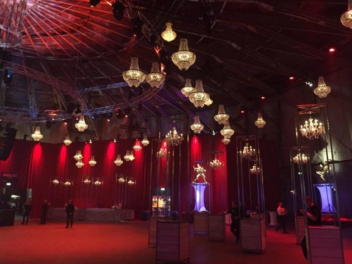 40 lámparas de cristal como decoración