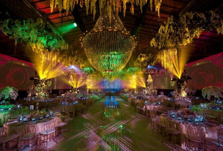 Boda India de 3 días en Viena llena de brillantes lámparas de araña
